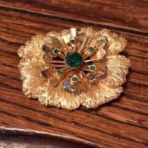 Sarah Coventry gold tone pansy brooch